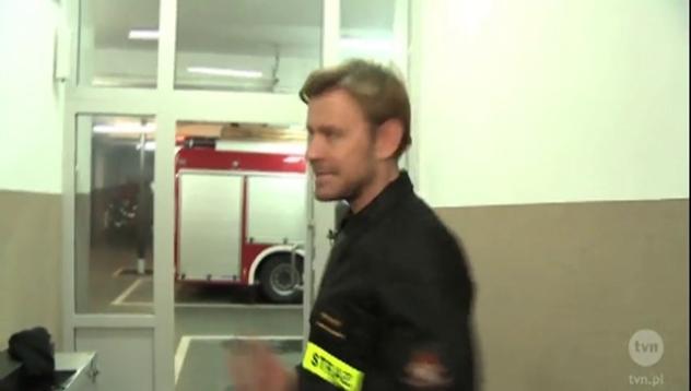 Dawid pokazuje jak rozbiera się strażak i najlepsza brygada.