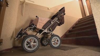 Wózek niepełnosprawnej przeszkadza sąsiadce