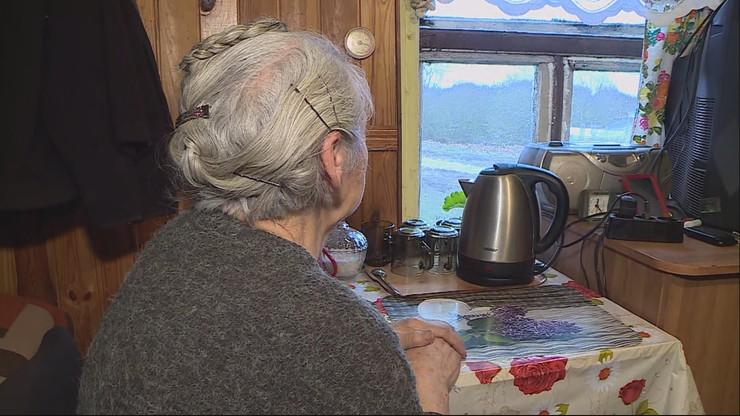 """""""Zimy tak się boję"""". 80-latka mieszka w chacie, która wkrótce może runąć"""