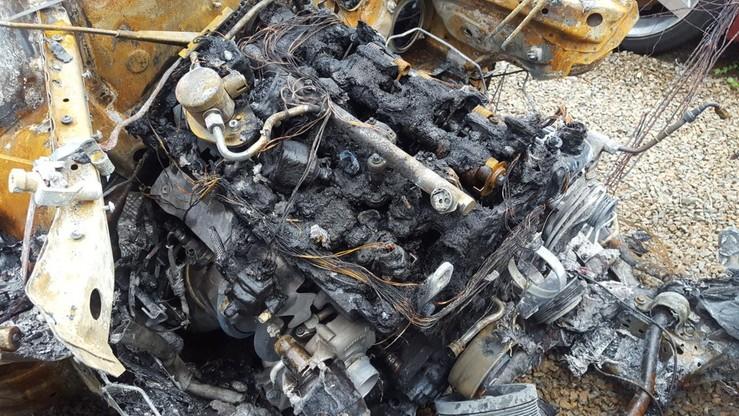 Auto doszczętnie spłonął na leśnej polanie w gminie Świątniki Górne