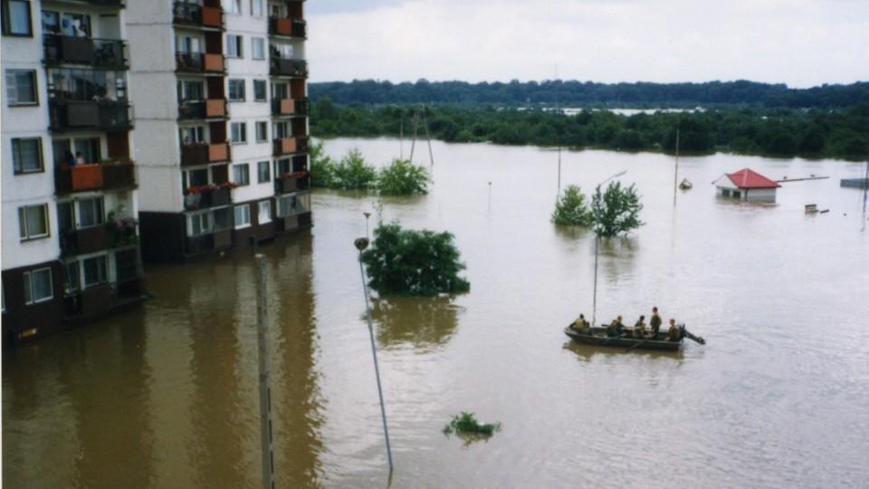 Pomoc dla powodzian dostarczano pontonami