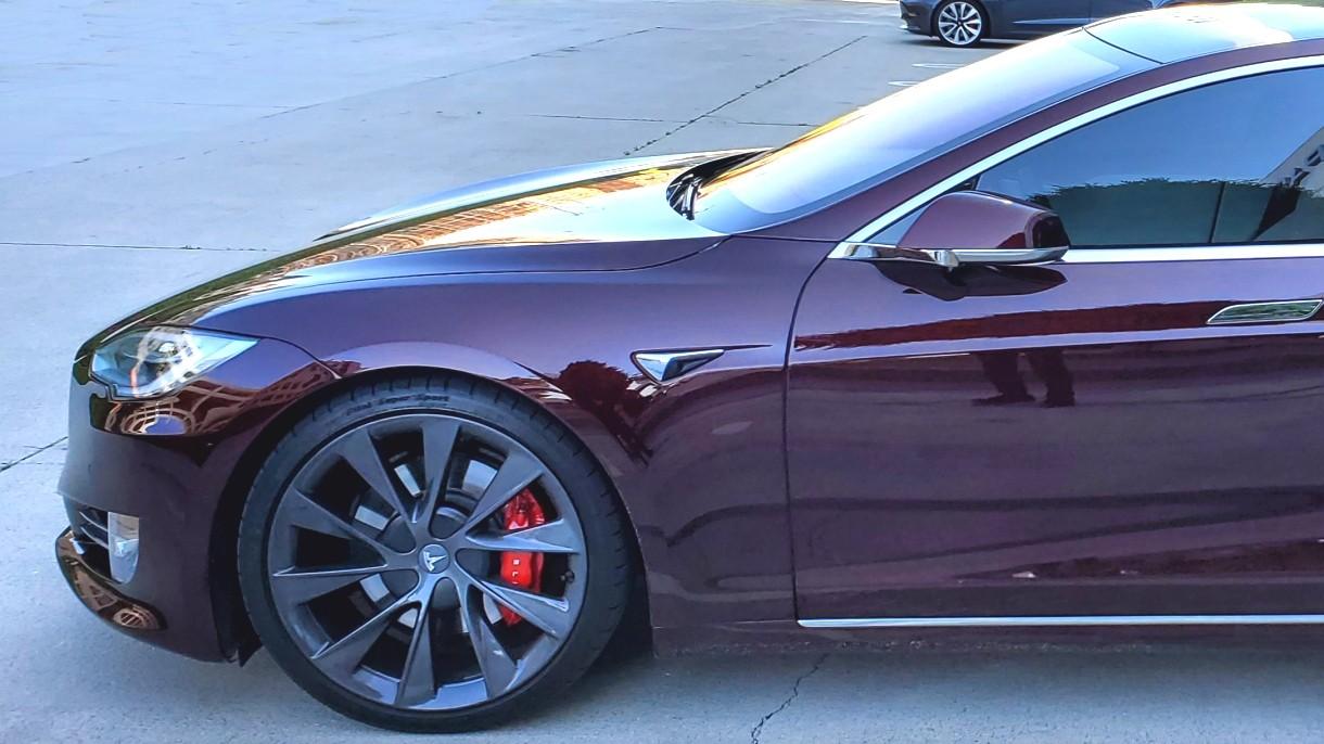 Elon Musk jeździ nowym prototypem Modelu S w niezwykłym kolorze [ZDJĘCIE]