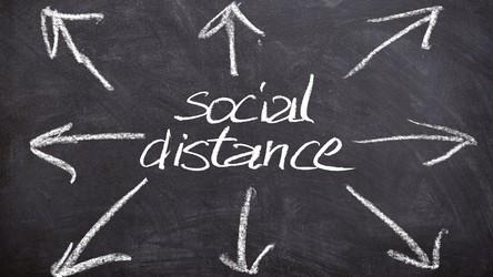 Społeczny dystans to naprawdę skuteczna metoda. Mogła ocalić 120 tysięcy osób