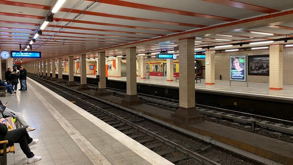 Obecne podziemne perony Kolei Miejskiej (S-Bahn)