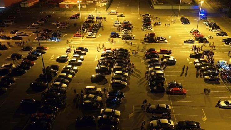 Zlot samochodów w Swadzimiu koło Poznania. Policja wystawiła 135 mandatów