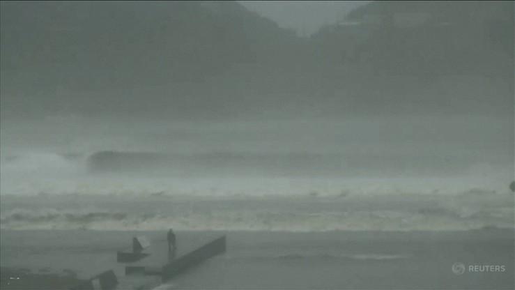 Potężny tajfun dotarł do Japonii. Są ofiary, milionowi osób zalecono ewakuację