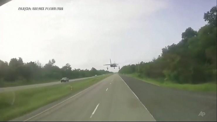Samolot wylądował niemal na masce auta