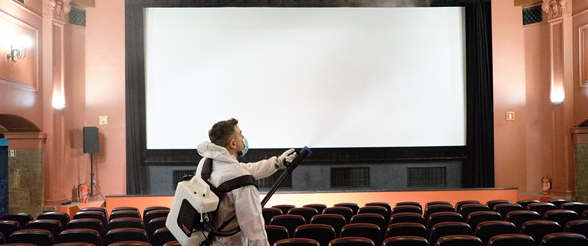 Zaremba: zostawmy kina i teatry w spokoju, to nie tam się tłoczą