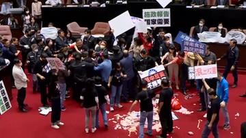 Premier obrzucony świńskimi wnętrznościami. Bójka w parlamencie Tajwanu