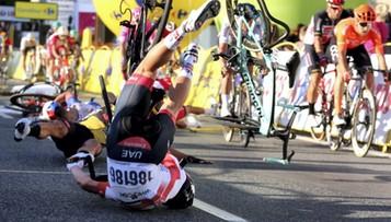 Poważny wypadek podczas pierwszego etapu Tour de Pologne. Kolarz w stanie ciężkim