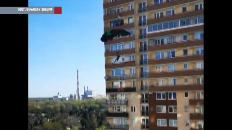 Skoczyli ze spadochronem z 20. piętra bloku w Warszawie [NAGRANIE]