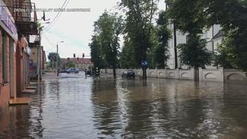 Podtopione budynki, połamane drzewa. Burze nad Polską