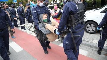 Ekologiczni aktywiści zablokowali ulicę w centrum Warszawy. Wynieśli ich policjanci
