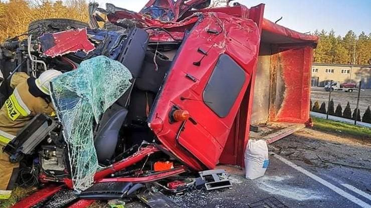 Wypadek w Wielkopolsce. Zmiażdżone auto, zablokowana droga [ZDJĘCIA]