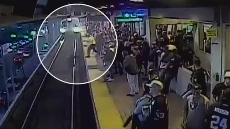 Wpadł wprost pod rozpędzony pociąg. Dramatyczne nagranie [WIDEO]