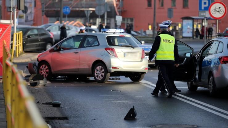 Zderzenie samochodów w Płocku. Zmarł mężczyzna uderzony przez spadający sygnalizator