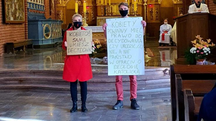 Posłanka Lewicy z transparentem w kościele. Prokuratura wszczęła śledztwo