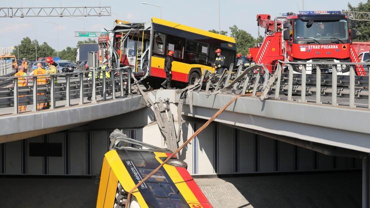 Wypadek autobusu w Warszawie. Nieoficjalnie: kierowca miał wysoką gorączkę