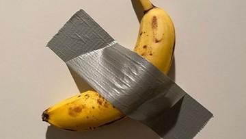 Przykleili banana do ściany srebrną taśmą. To dzieło sztuki i kosztuje co najmniej 400 tys. zł