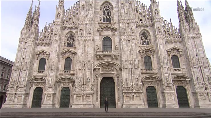 """Andrea Bocelli w pustej katedrze. """"Kto śpiewa, modli się dwa razy"""""""
