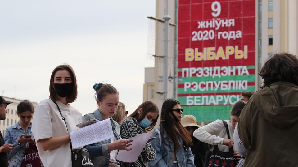 Białoruska młodzież w kolejce do złożenia zażalenia na brak rejestracji kandydatów opozycji