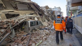 """25.01.2020 07:00 Wiele ofiar silnego wstrząsu w Turcji. Ratownicy przeczesują gruzy. """"Budynki złożyły się jak scyzoryk"""""""