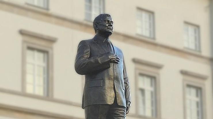 Wszedł na pomnik Lecha Kaczyńskiego w Warszawie. Ściągano go wysięgnikiem [WIDEO]