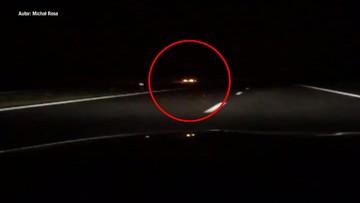 Nocą, autostradą pod prąd. Kierowca bmw bez prawa jazdy [WIDEO]