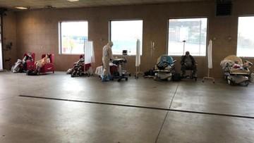 """Pacjenci z Covid-19 na parkingu dla karetek. """"Ratujemy ludzi jak możemy"""""""