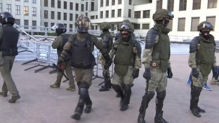 Auta milicyjne i OMON na ulicach. Przed marszem protestu w centrum Mińska