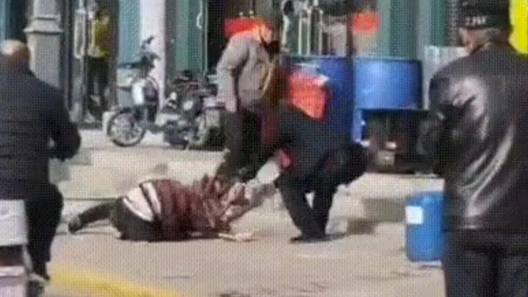 Chiny. Pobił żonę na śmierć na ulicy, przechodnie nie reagowali