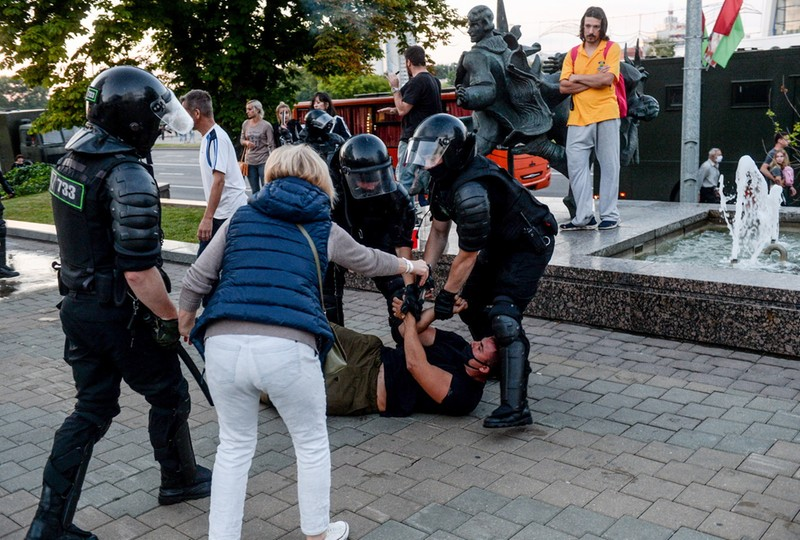 Policja zatrzymuje protestujących w Mińsku