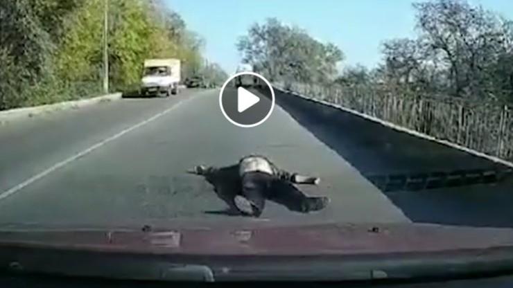 Ukraina: pacjent wypadł z karetki na ulicę. Nagranie obiega sieć