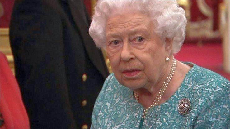 """Królowa Elżbieta rezygnuje z naturalnych futer. """"Wysyła potężne przesłanie"""""""