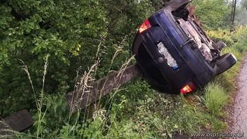 Samochód zawisł kilkanaście metrów nad przepaścią. W środku kobieta z 6-letnim dzieckiem