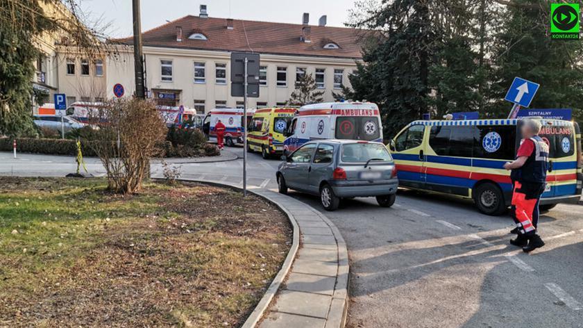 Kolejka karetek przed Szpitalem Specjalistycznym im. Stefana Żeromskiego w Krakowie 26 marca 2021 roku