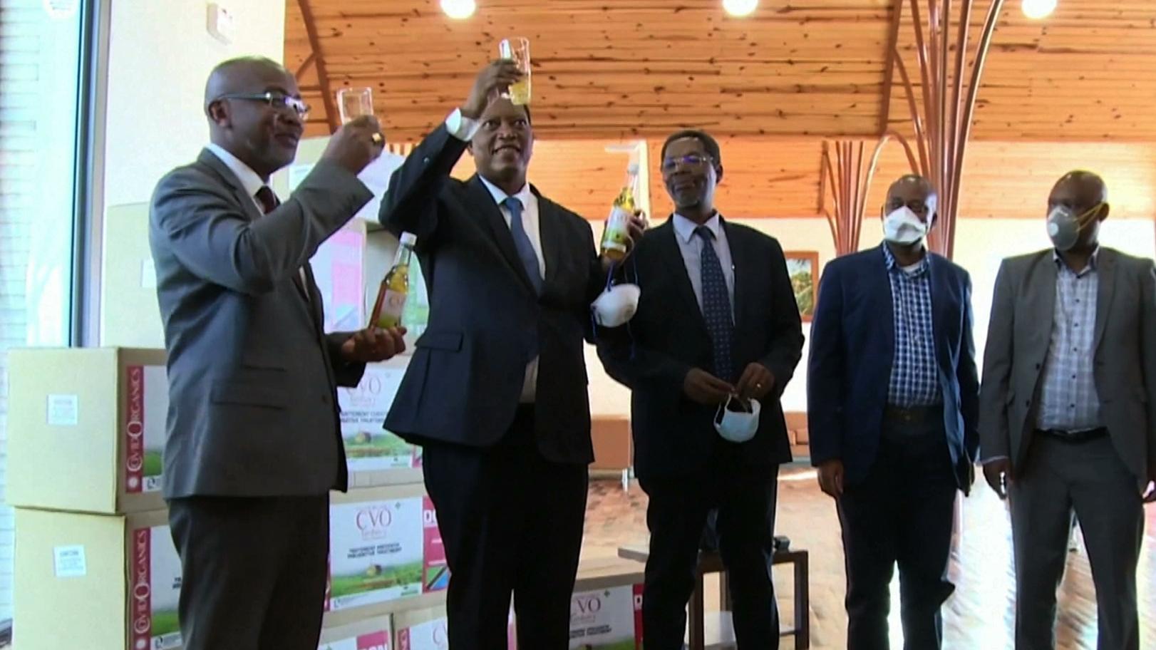 Preparat z Madagaskaru leczy COVID-19? WHO ostrzega przed nieprzebadanymi środkami